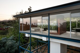at-night-the-smith-house-appears-to-float-like-a-glass-box-in-space